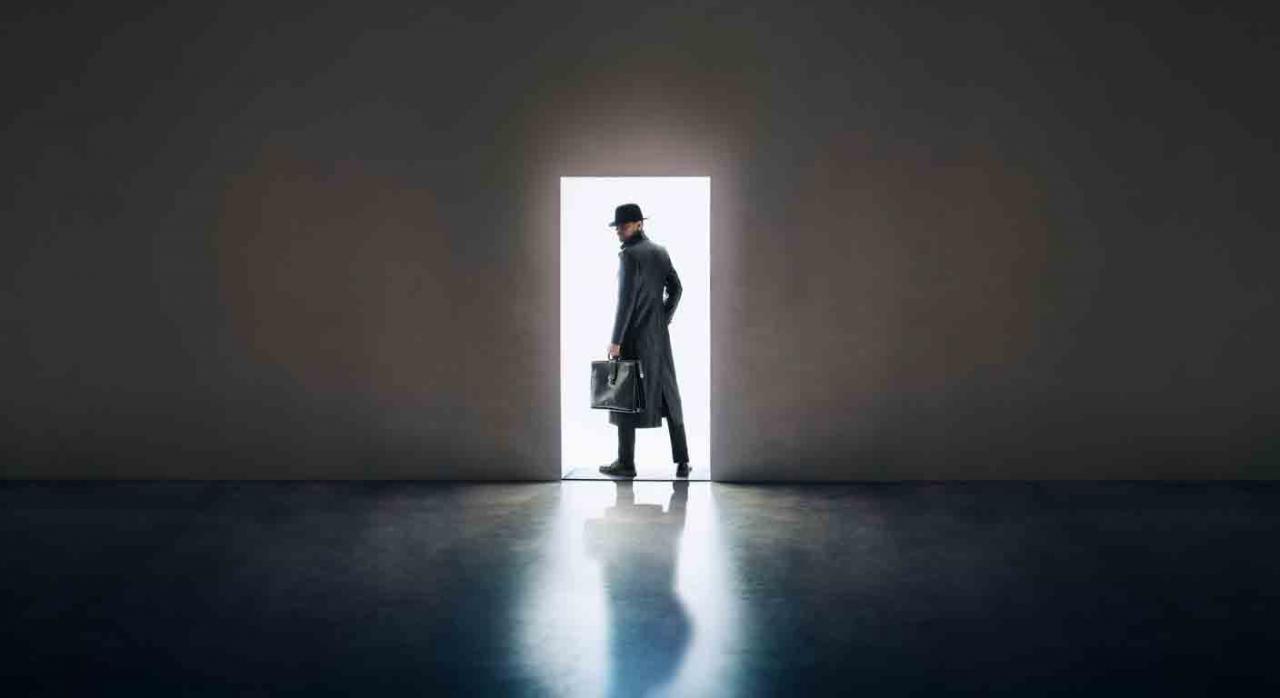 inviolabilidad del domicilio, entada y registro, AEAT, anulación, autorización judicial, devolución, documentación incautada. Hombre con gabardina, sombrero y maletín saliendo de una habitación oscura