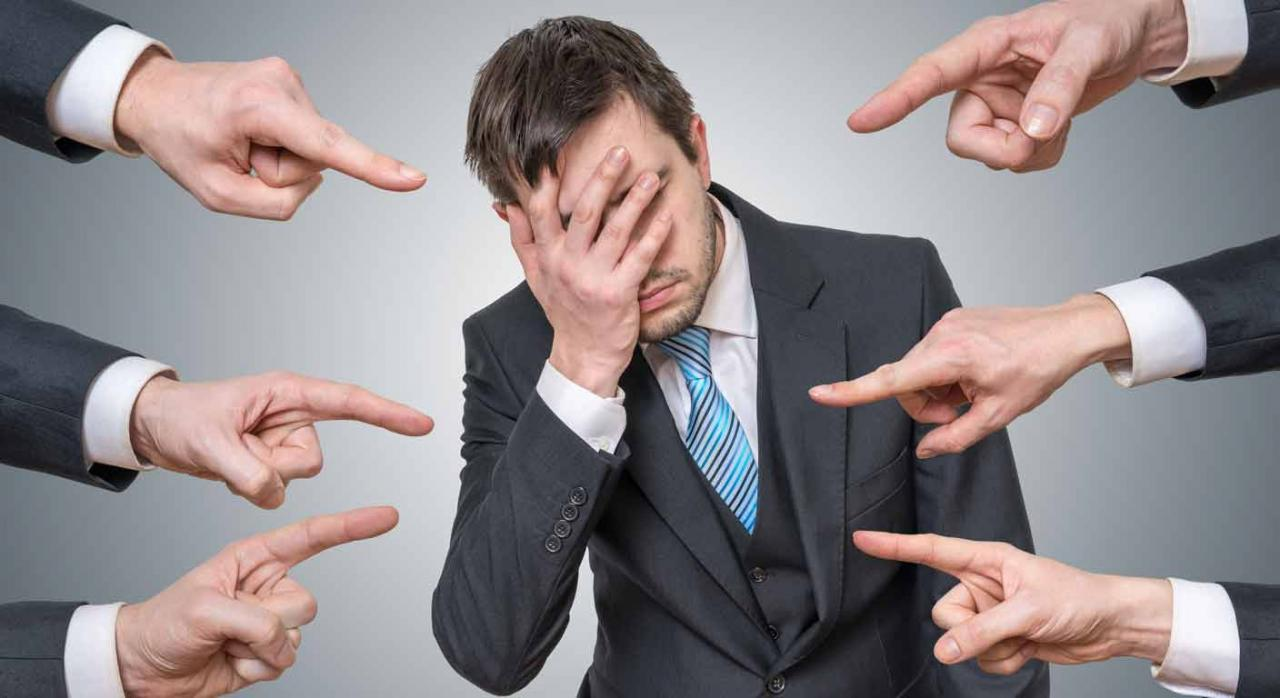 Prueba de presunciones. Muchas manos señalando a un hombre que se cubre el rostro con la mano