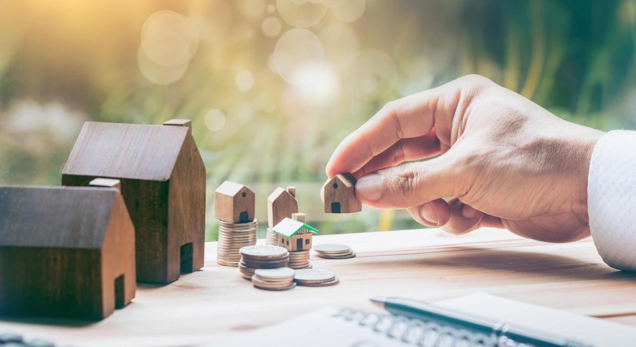 Fiscalidad de sociedades patrimoniales. Imagen de casitas de madera de diferentes tamaños sobre monedas