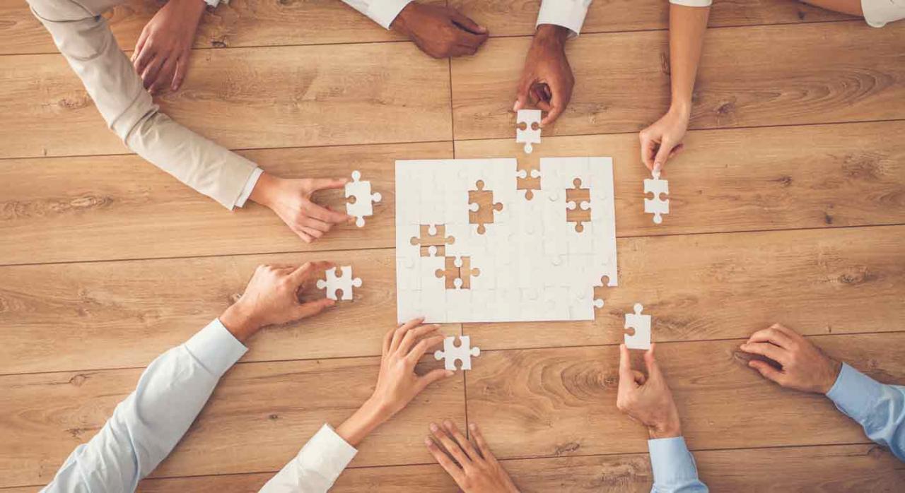 Grupo de socios intentando completar un puzzle