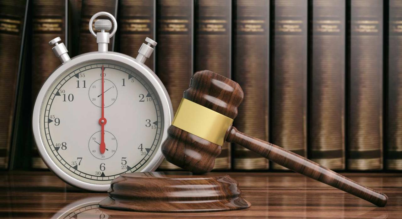 CGPJ: suspensión de actuaciones judiciales no esenciales hasta el 10 de mayo. Imagen de mesa con mazo y cronómetro ante biblioteca