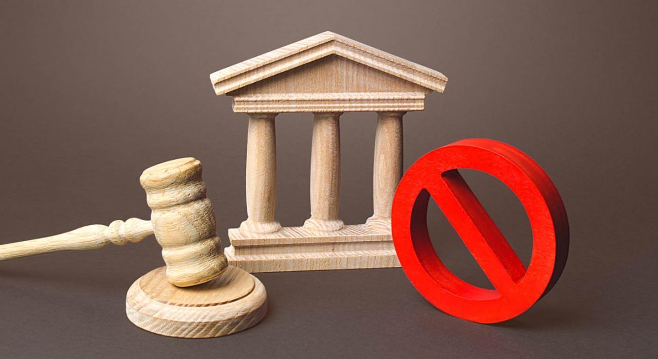 CGPJ: suspensión de actuaciones judiciales no esenciales hasta el 26 de abril. Imagen de mazo, edificio simbolo justicia y señal de prohibido en rojo