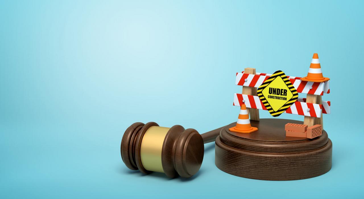 CGPJ: suspensión de actuaciones judiciales no esenciales hasta el 12 de abril. Imagen de mazo y señal de construcción