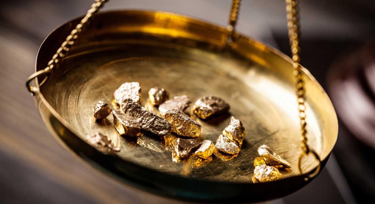 Balanza con pepitas de oro