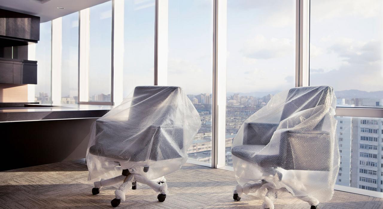 TJUE, libertad establecimiento, pérdidas, traslado sede, IS. Imagen de dos sillas de oficina cubiertas por un plástico