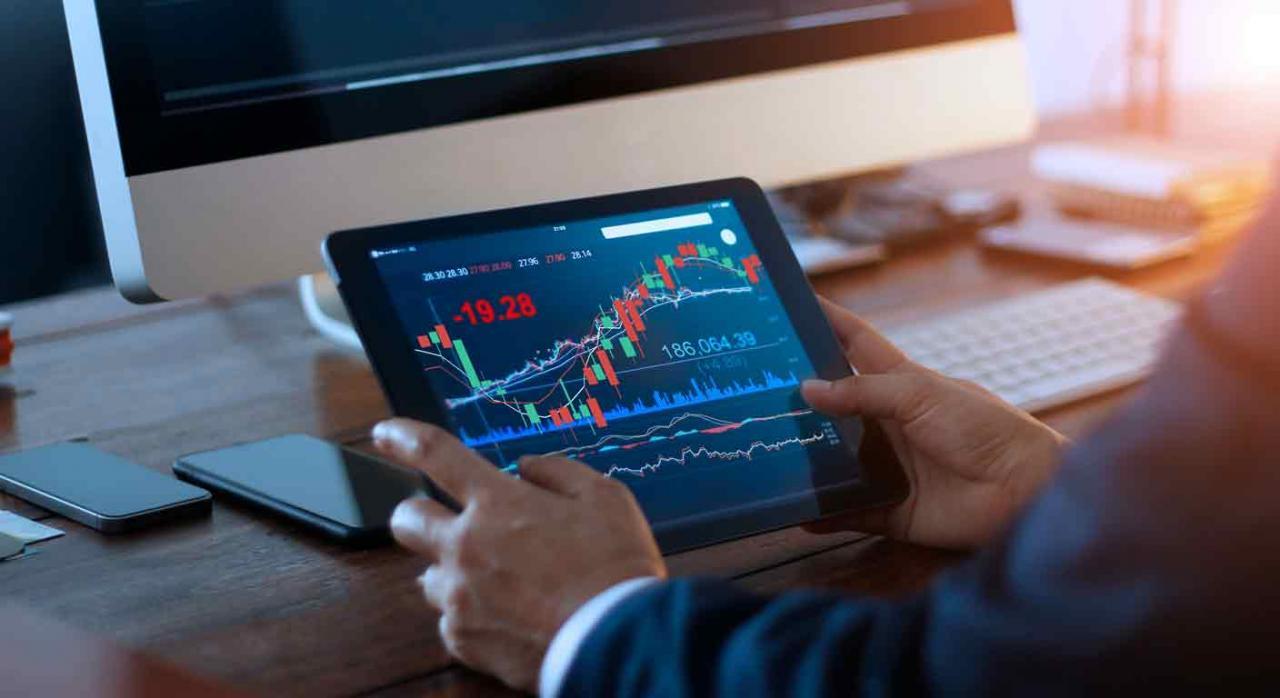 Relación de valores o participaciones a efectos del IP y del modelo 189. Imagen de la mano de un hombre con una tablet