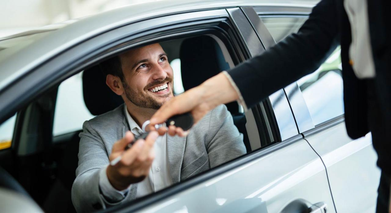 Cálculo del porcentaje de utilización privada de los vehículos de empresa. Imagen de profesional con cliente en el concesionario