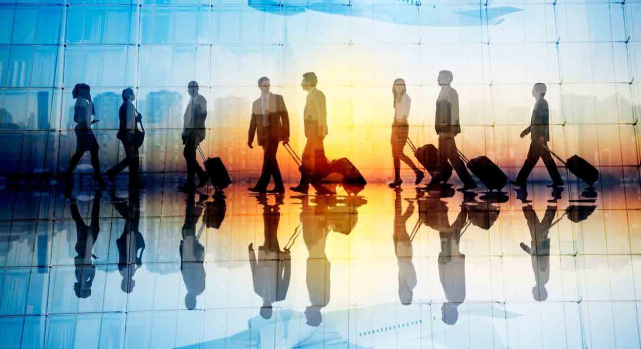 Exención 7 p) administradores. Siluetas viajeros en un aeropuerto